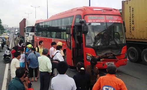 Xe khách Phương Trang gặp nạn, hàng chục khách hoảng loạn 1