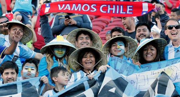 Cổ động viên Argentina đội nón lá cổ vũ ở Copa America gây