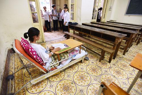 Nữ sinh Hà Nội làm bài thi trên giường bệnh được 51 điểm 2