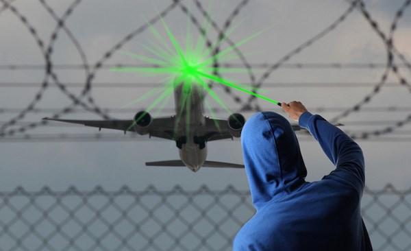Chiếu tia laser vào buồng lái máy bay bị phạt tù như thế nào ở nước ngoài? 4