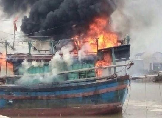 Tàu cá bị thiêu rụi và nhấn chìm 1