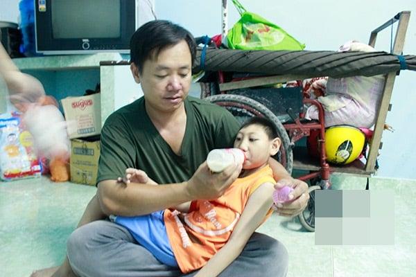 Bố đơn thân nuôi 2 con bại não: Có thể tránh được