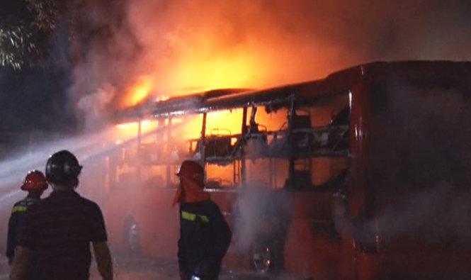 Cháy xe khách Kim Hoàng, hàng chục hành khách hoảng loạn bỏ chạy 1
