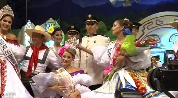 Á hậu Colombia giật vương miện của Hoa hậu rồi bỏ đi ngay tại cuộc thi 1