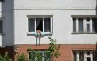Kỳ lạ người phụ nữ nằm vắt vẻo ngoài cửa sổ tắm nắng 1