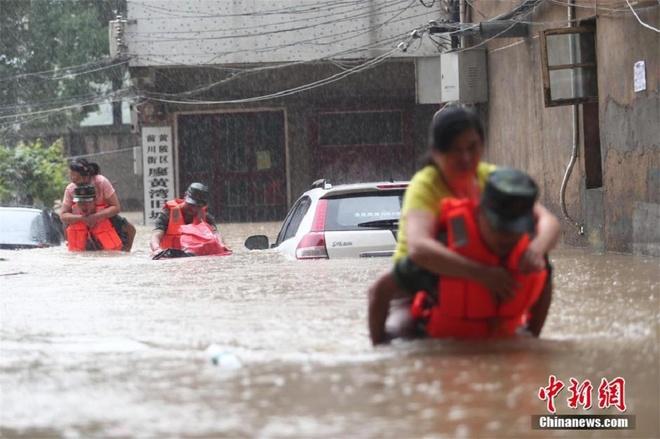 Người nông dân khóc giữa chuồng lợn ngập nước gây bão mạng Trung Quốc 3