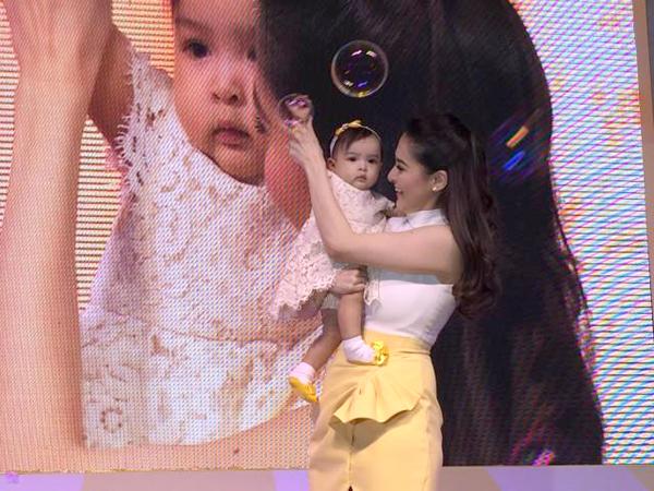 Con gái mỹ nhân đẹp nhất Philippines càng lớn càng đáng yêu 3