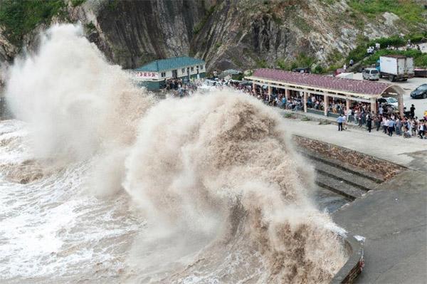 Siêu bão Nepartak giật cấp 17, biển động dữ dội 1