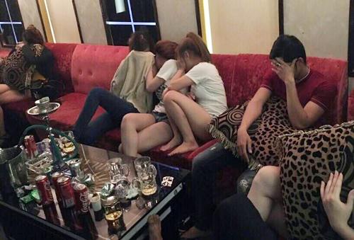 Phát hiện nhiều đôi nam nữ phê ma túy, lăn lóc dưới sàn quán karaoke 1