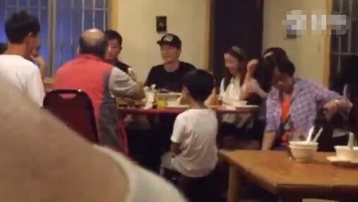 Clip: Lâm Tâm Như vui vẻ ăn tối cùng gia đình Hoắc Kiến Hoa 1