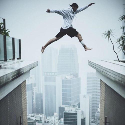 Thót tim thanh niên nhảy từ tòa nhà 25 tầng sang tòa nhà chọc trời khác 1