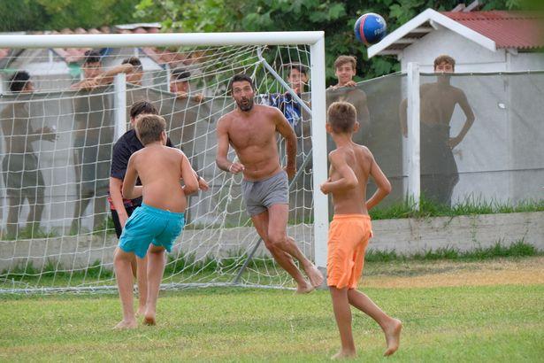 Hình ảnh Thủ môn tuyển Italia cởi trần, đá bóng với trẻ em gây