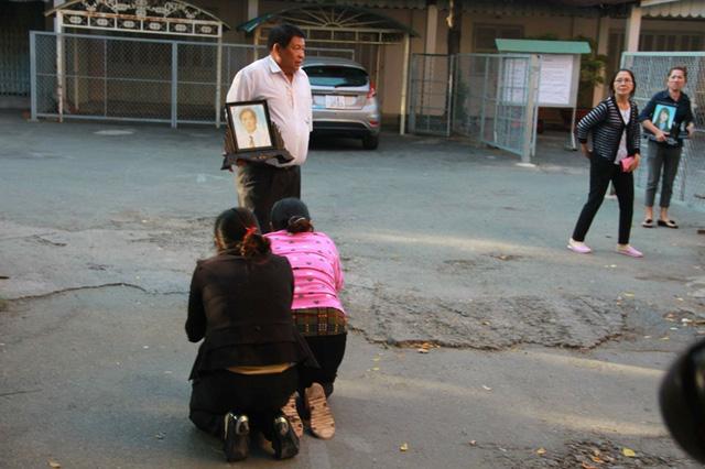 Mẹ Vũ Văn Tiến quỳ xin lỗi gia đình nạn nhân vụ thảm án Bình Phước 2