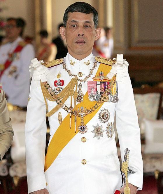 Báo Đức: Hoàng tử Thái mở đại tiệc cho chó nhưng không đủ tiền mua áo? 4