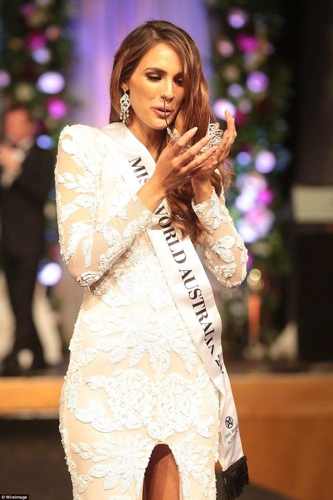 Hoa hậu Australia lộ vẻ lúng túng khi 2 lần rơi vương miện 7