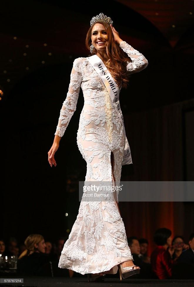 Hoa hậu Australia lộ vẻ lúng túng khi 2 lần rơi vương miện 9