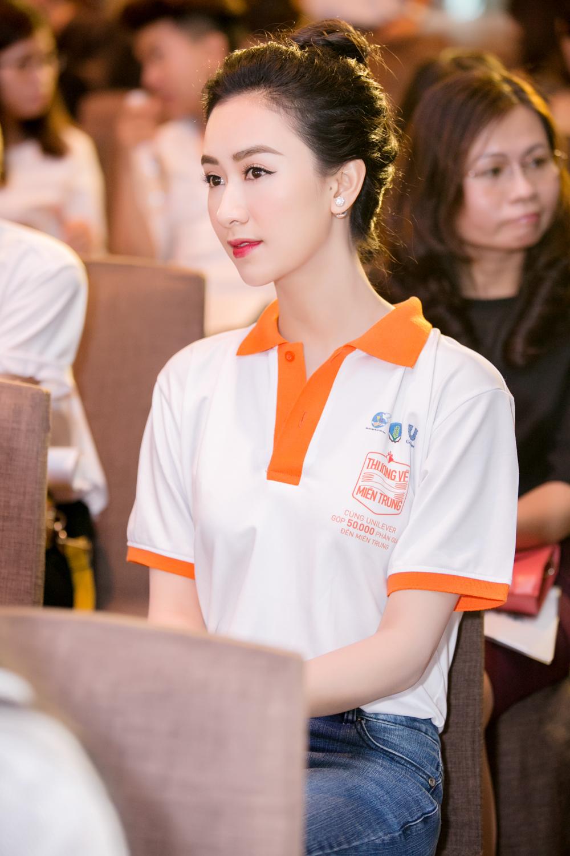 Á hậu Hà Thu khoe