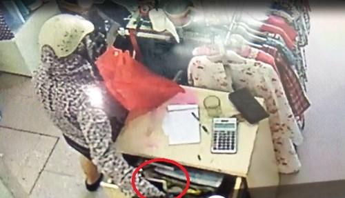 Video: Bà bầu vào shop quần áo trộm điện thoại nhanh như chớp 2