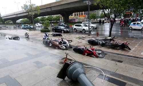 Video: Bão số 1 thổi bay người đi đường ở Hà Nội 1