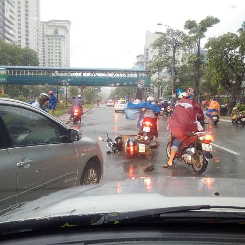 Chùm ảnh: Bão số 1 đổ bộ, gió giật mạnh, xe máy ngã la liệt ở Hà Nội 2