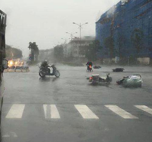 Chùm ảnh: Bão số 1 đổ bộ, gió giật mạnh, xe máy ngã la liệt ở Hà Nội 1