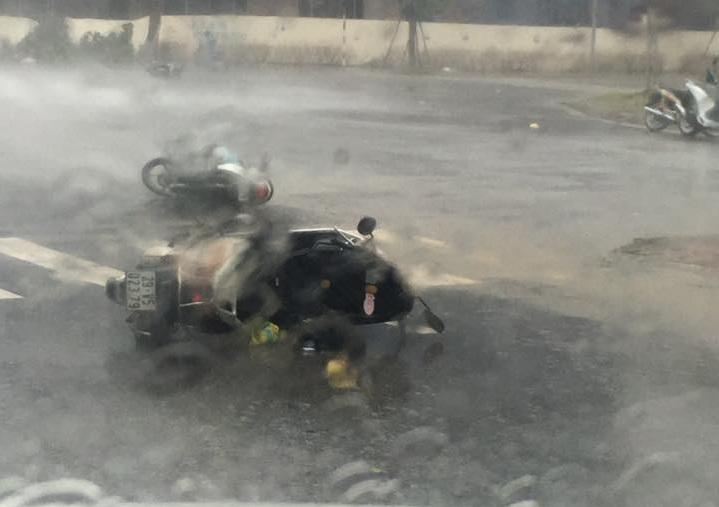 Chùm ảnh: Bão số 1 đổ bộ, gió giật mạnh, xe máy ngã la liệt ở Hà Nội 4
