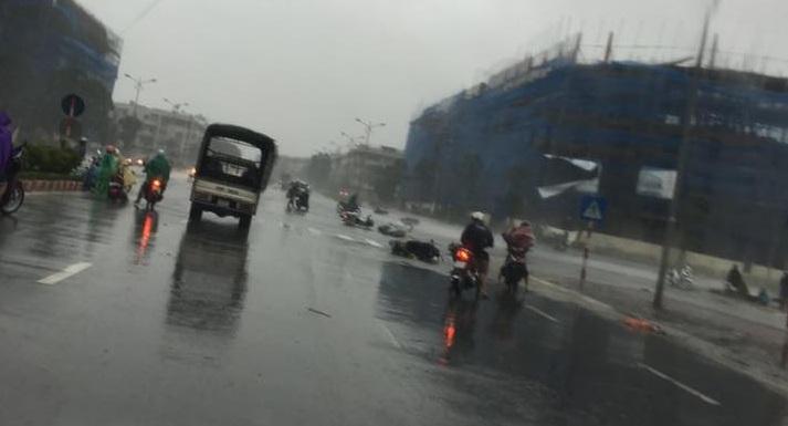 Chùm ảnh: Bão số 1 đổ bộ, gió giật mạnh, xe máy ngã la liệt ở Hà Nội 5