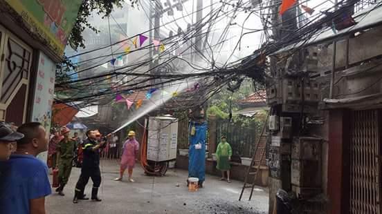 Một trụ điện ở Hà Nội phát nổ giữa cơn mưa bão 1