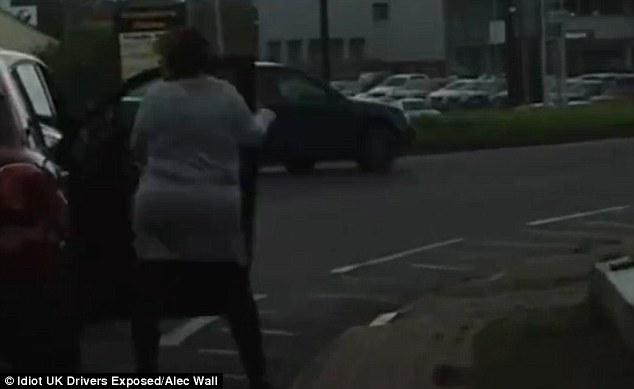 Đời sống - Video: Nam thanh niên cười nhạo, cổ vũ hai người phụ nữ đánh nhau giữa phố