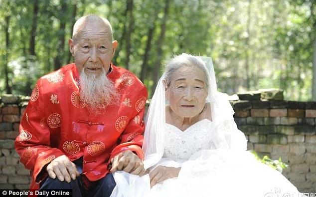 Đời sống - Hình ảnh xúc động của cặp vợ chồng trăm tuổi lần đầu chụp ảnh cưới