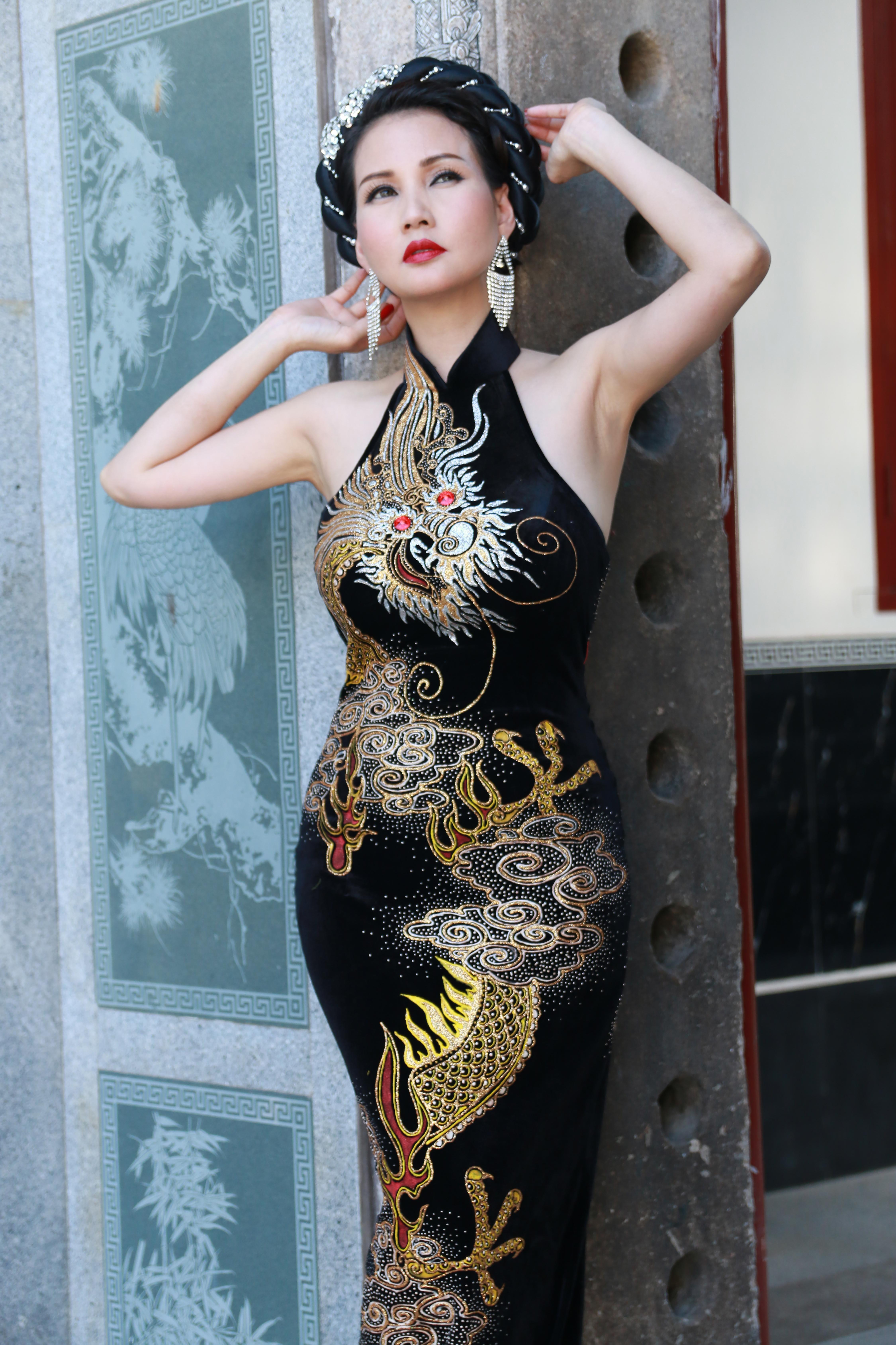 Hoa hậu Quý bà Sương Đặng gợi cảm với váy dạ hội họa tiết rồng 3