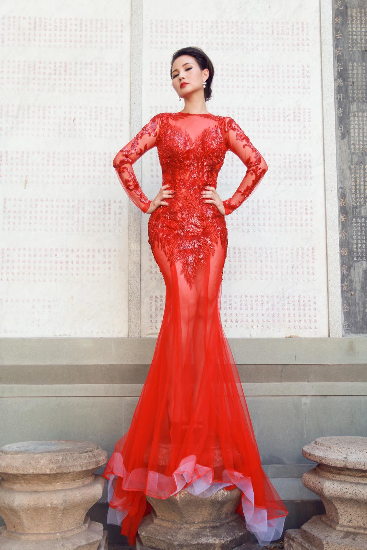 Hoa hậu Quý bà Sương Đặng gợi cảm với váy dạ hội họa tiết rồng 6