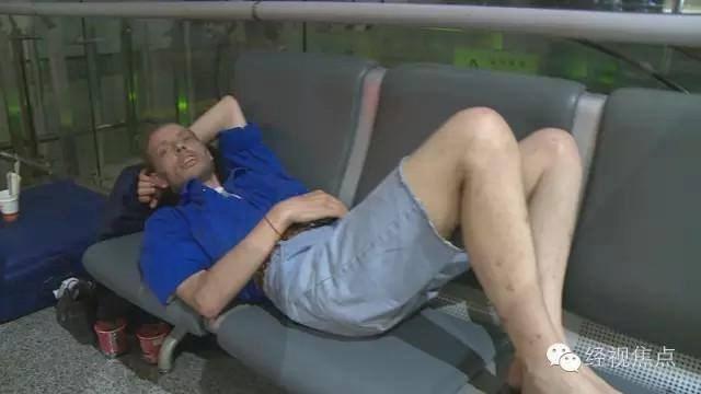 Người đàn ông kiệt sức vì chờ người yêu qua mạng 10 ngày ở sân bay 1