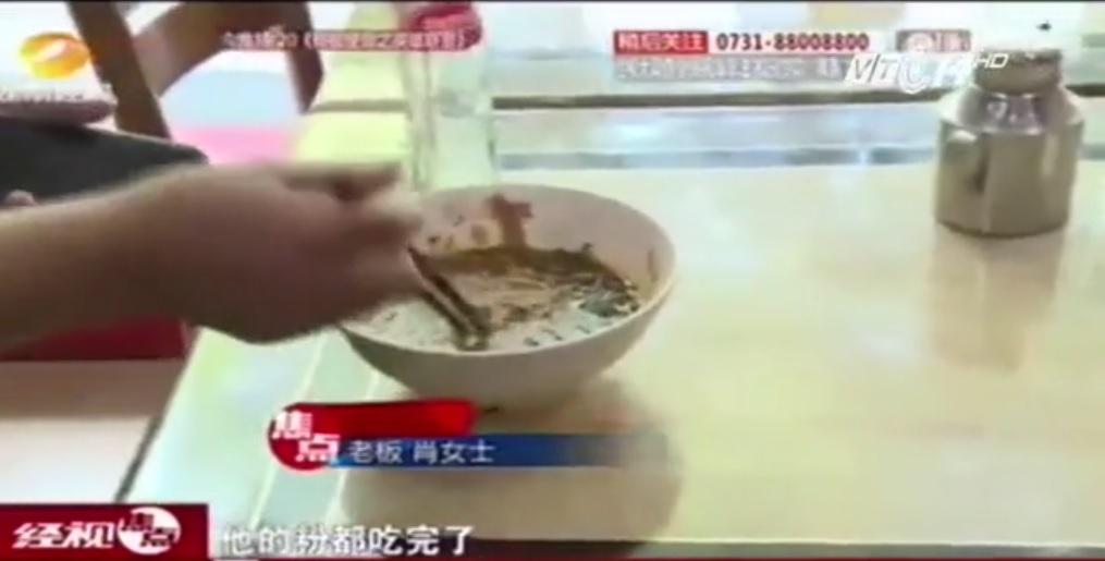 Trốn bồi thường cho khách, chủ quán liều mạng nuốt chửng gián trong đĩa mỳ 1