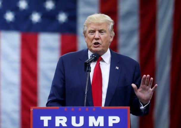Trump đòi hỏi sự ủng hộ của đồi Capitol trong vụ tranh cãi với Khizr Khan 1
