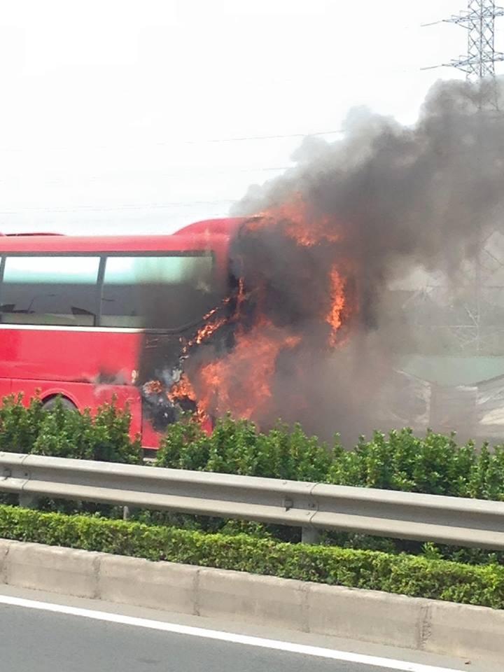 Video: Xe khách bốc cháy dữ dội trên cao tốc Pháp Vân-Cầu Giẽ 2