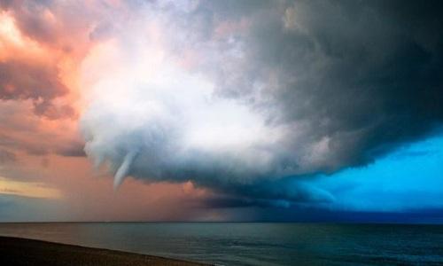 Vòi rồng khổng lồ quần thảo bờ biển Anh suốt 30 phút 1