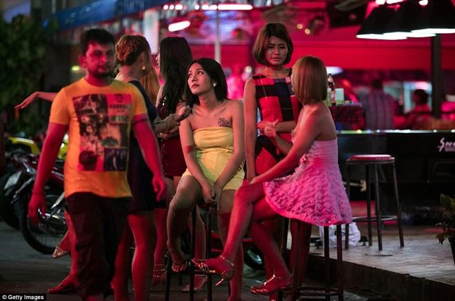 Khu đèn đỏ nổi tiếng Thái Lan vẫn nhộn nhịp sau lệnh cấm 10
