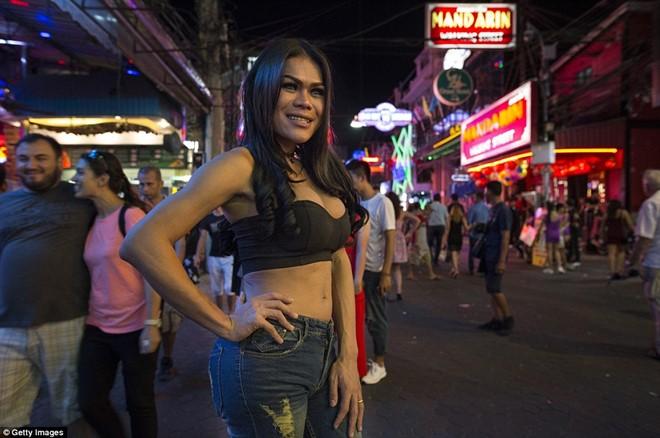Khu đèn đỏ nổi tiếng Thái Lan vẫn nhộn nhịp sau lệnh cấm 3