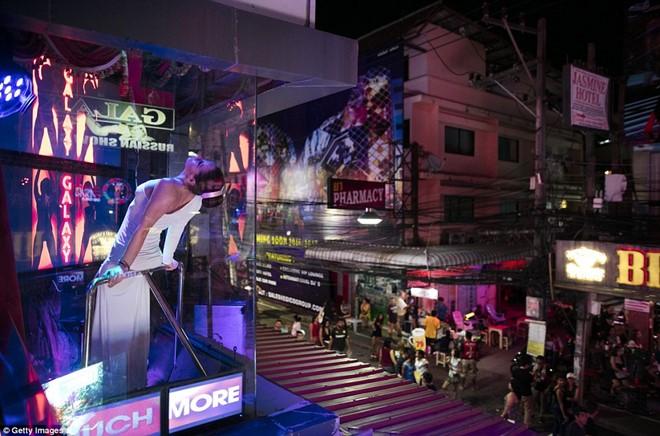 Khu đèn đỏ nổi tiếng Thái Lan vẫn nhộn nhịp sau lệnh cấm 8