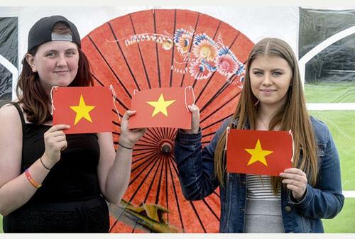 Gia đình du khách Anh tử nạn ở Sa Pa thành lập quỹ hỗ trợ người H'Mong 2
