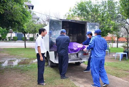 Thi thể nam thanh niên đang phân hủy nổi trên sông Sài Gòn 1