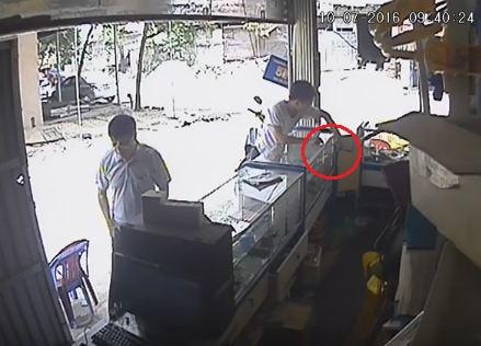 Video: 5 lần ra tay trộm đồ, thanh niên ung dung đút túi 2 chiếc điện thoại 1
