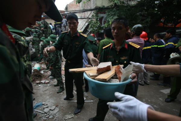 Sập nhà cổ ở Hà Nội: 2 nạn nhân tử vong, tạm dừng cứu hộ 6
