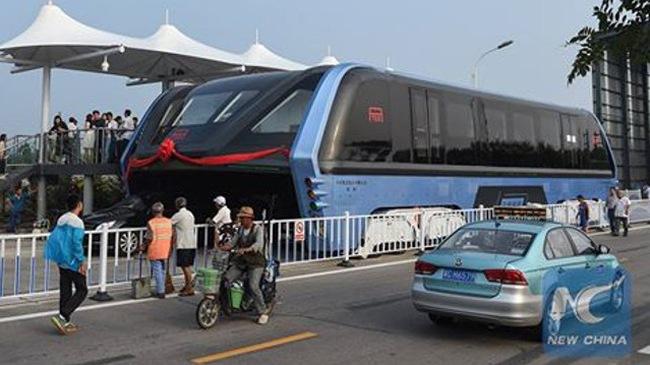 Thú vị trước xe buýt chở 1.200 người lần đầu chạy trên đường phố 1