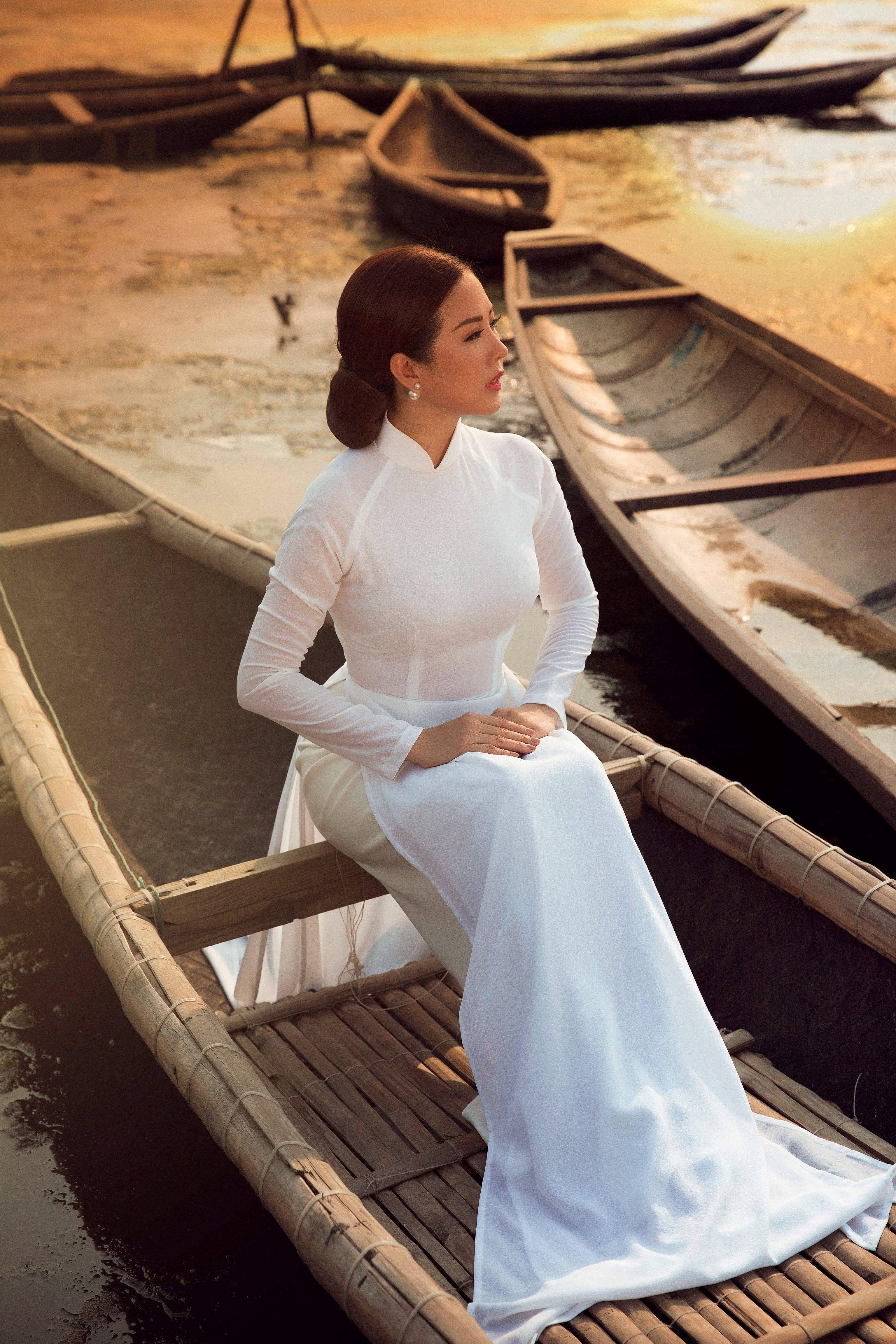 Hoa hậu Thu Hoài diện áo dài trắng đẹp dịu dàng, mỏng manh 7