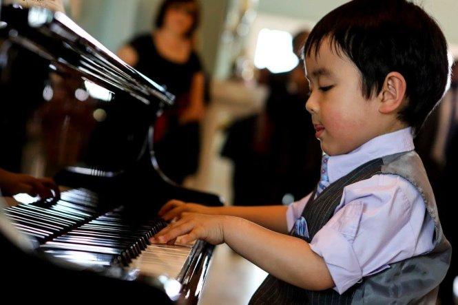 'Thần đồng piano' 4 tuổi cover 'Anh cứ đi đi' 1
