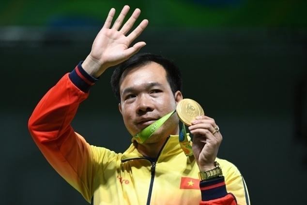 Làm lên lịch sử, xạ thủ Hoàng Xuân Vinh lặng lẽ đi xe buýt về làng Olympic 5