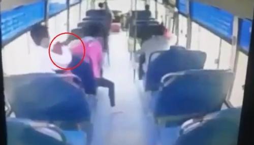 Trộm thản nhiên móc điện thoại trên xe buýt 1
