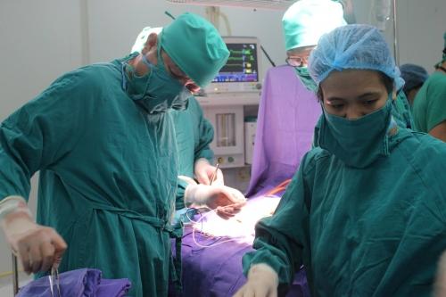 Phẫu thuật cứu sống bé sơ sinh lộ nội tạng ra ngoài thành bụng 1